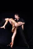 Danzatori contro priorità bassa nera immagine stock