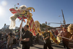 Danzatori dorati del drago di parata del drago Fotografie Stock Libere da Diritti