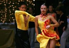 Danzatori latini - colore giallo Immagine Stock