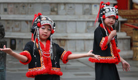 Danzatori tailandesi che effettuano Wat Phrathat Doi Suthep Fotografia Stock