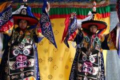 Danzatori tibetani che effettuano sulla fase Immagine Stock