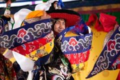 Danzatori tibetani che effettuano sulla fase Fotografie Stock Libere da Diritti
