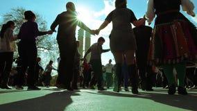 Danze popolari di massa sulla via stock footage