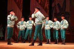 Danze popolari russe festive allegre coreografia nello stile della festa piega Maslenitsa Immagine Stock