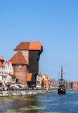 Danzica, Polonia Nave del pirata e gru medievale Immagini Stock