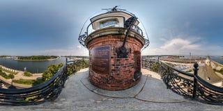 DANZIG, POLOGNE - AOÛT 2018 : panorama 360 degrés de vue d'angle d'en haut du phare de mer aux entrepôts de port et de mer dedans photo stock
