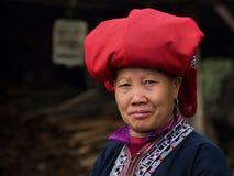 Dao Woman Wearing Traditional Attire vermelho, Sapa, Lao Cai, Vietname imagens de stock
