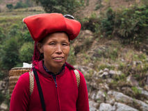 Dao Woman Wearing Traditional Headdress rojo, Sapa, Lao Cai, Viet Fotos de archivo