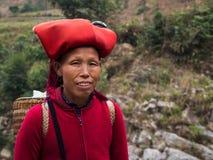 Dao Woman Wearing Traditional Headdress rosso, Sapa, Lao Cai, Viet fotografie stock