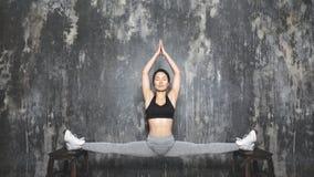Dar certo asiático novo bonito da mulher, fazendo o exercício de Pilates no Sportswear Separações com ioga Asana, esticando fotografia de stock royalty free