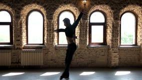 Dar certo do dançarino de bailado do movimento lento vídeos de arquivo