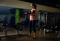 Dar certo fêmea novo e apto em um gym Imagem de Stock
