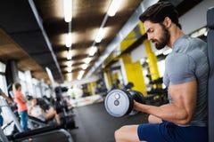 Dar certo masculino determinado no gym Fotografia de Stock