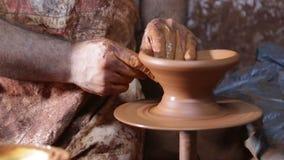 Dar forma à cerâmica com mão na roda da cerâmica filme