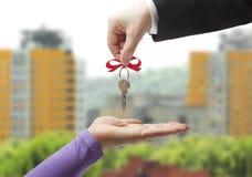 Dar las llaves al nuevo propietario Fotos de archivo