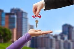 Dar las llaves al nuevo propietario Imagen de archivo libre de regalías