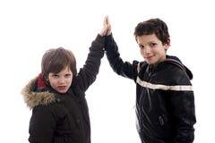 Dar-mim uns cinco, entre dois meninos Fotografia de Stock