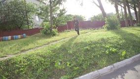 Dar uma corrida do homem na grama video estoque