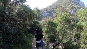 Dar uma volta sozinho da jovem mulher em um trajeto na garganta do galamus, França filme