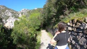 Dar uma volta sozinho da jovem mulher em um trajeto na garganta do galamus, França video estoque