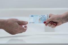 Dar un billete de banco euro Imagen de archivo