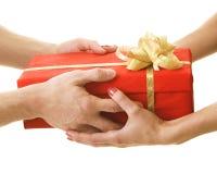 Dar un presente fotografía de archivo libre de regalías
