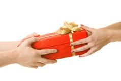 Dar un presente imágenes de archivo libres de regalías