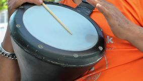 Darbouka que toca los instrumentos de música de Alaturca Anatolia metrajes