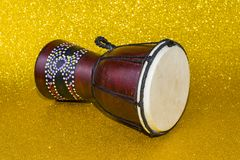 Darbuka на желтой предпосылке 2 части Африканский тонизированный барабанчик стоковое изображение