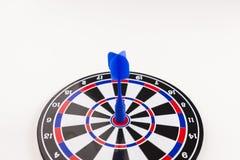Dard bleu au centre dans le concept de réussite commerciale Photographie stock
