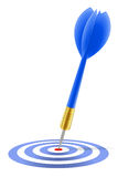 Dard bleu heurtant la cible Images libres de droits