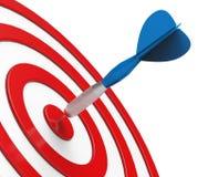 Dard bleu sur le plan rapproché rouge de cible Image libre de droits