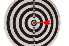 Dard rouge sur le dartboard Photographie stock libre de droits