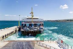 Dardanelles, Τουρκία Dardanelles, Τουρκία Πορθμείο αυτοκινήτων για να ελιχτεί στην προσέγγιση στην αποβάθρα που χρησιμοποιεί τους στοκ φωτογραφία