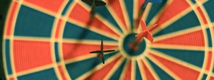 Darde des flèches au centre de cible Foyer sélectif Photographie stock libre de droits