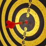 Darde des flèches dans la cible Photographie stock libre de droits