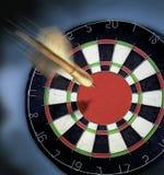 Dardeggi l'intestazione per il Dartboard con un grande occhio di tori. Fotografia Stock