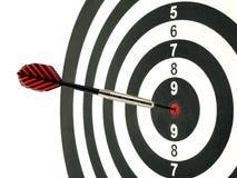 Dardeggi la freccia che colpisce nel centro dell'obiettivo del bersaglio isolato su fondo bianco Fotografia Stock Libera da Diritti