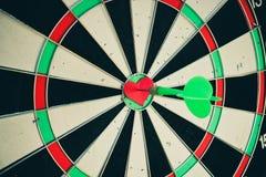 Dardeggia la freccia nel centro dell'obiettivo del cuore Immagine Stock Libera da Diritti