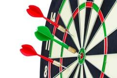 Dardeggia le frecce nel centro dell'obiettivo isolato su un fondo bianco Fotografie Stock Libere da Diritti