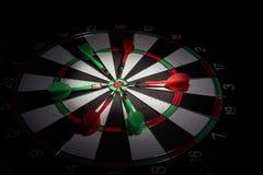 Dardeggia le frecce nel centro dell'obiettivo Regolazione astuta di scopo, colpo del dardo immagini stock libere da diritti