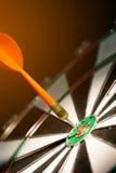 Dardi che colpiscono il centro dell'obiettivo Fotografie Stock