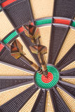 Dardi in dartboard fotografia stock