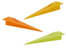 Dardi di carta, aerei, aeroplani, aeroplano isolato su bianco Fotografie Stock
