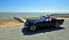 Dardo blu classico SP250 di Daimler che è guidato lungo la passeggiata del lungonmare Fotografie Stock Libere da Diritti