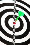 Dardo in bullseye del dartboard fotografia stock libera da diritti
