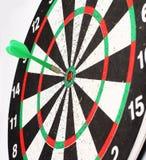 Dardo della freccia che colpisce il centro del bordo di dardo dell'obiettivo fotografie stock libere da diritti