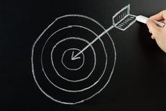 Dardo e seta do desenho da pessoa no quadro-negro Fotografia de Stock Royalty Free
