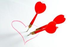 Dardo en corazón rojo imagen de archivo libre de regalías
