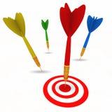 Dardo que bate o alvo do bullseye com sucesso Foto de Stock